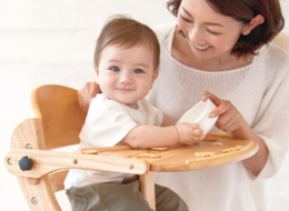 ベビーチェアで食事をする赤ちゃん